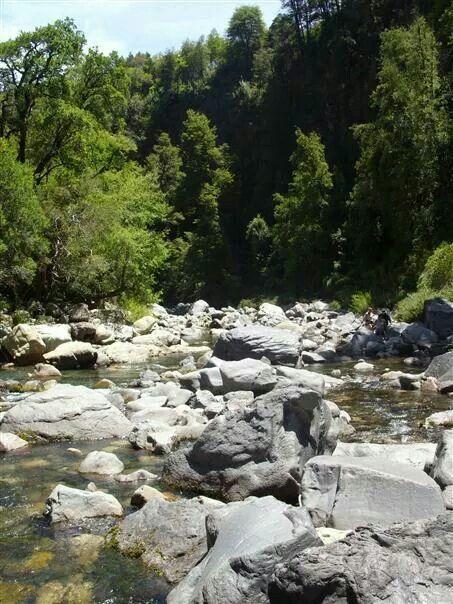 """Saltando roca por roca para llegar a la cascada """"Salto de la leona""""."""