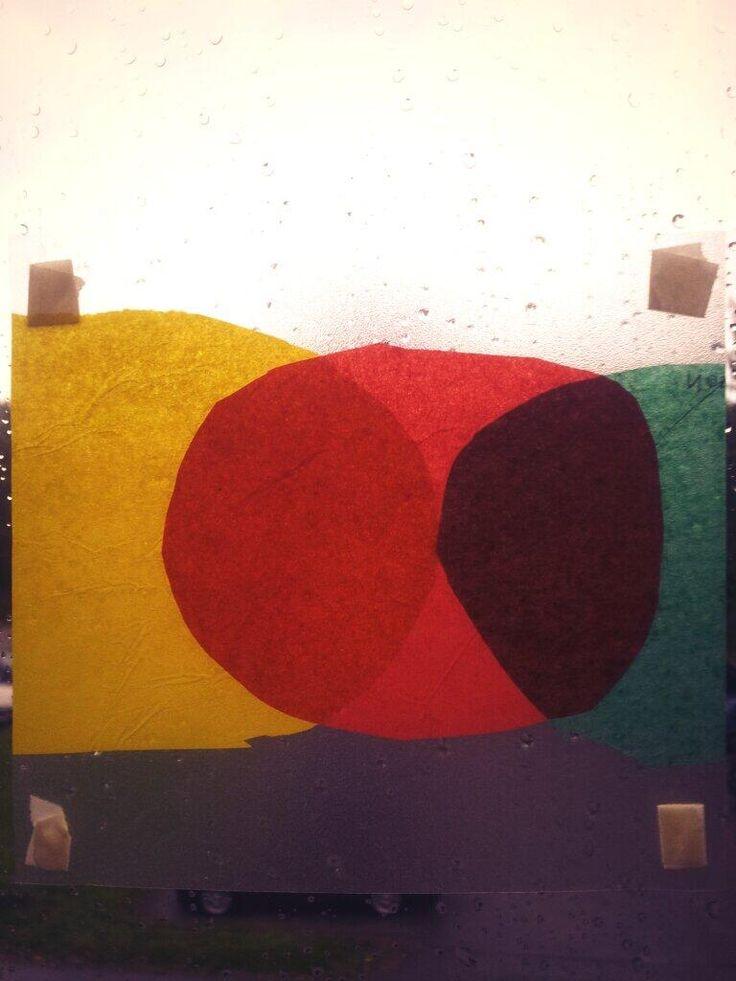 Päävärit - vastavärit - värien sekoittaminen. Silkkipaperia kahden kontaktimuovin välissä.