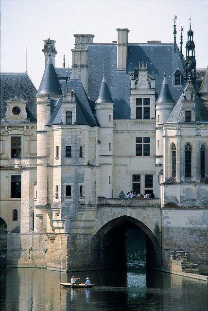 Chateau de Chenonceau, 1514 - plan massé + ajout tardif pont-galerie, fusion plan symétrique italianisant et principes architecture flamboyante écho ornemental type château fort + motifs lombards