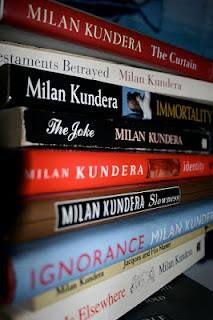 Adoro Milan Kundera e abbraccio totalmente la sua filosofia. Nessun altro scrittore mi ha mai reso così profondamente partecipe della sua scrittura tale da farmi sentire una delle sue creature......