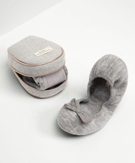 Las zapatillas de casa de mujer más cómodas de SS 2016 en Oysho. Zuecos, slippers, sandalias y zapatillas de estar en casa de piel, de algodón o abiertas.