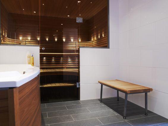 Pesuhuoneen penkki pulverimaalatulla rungolla.