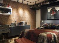 """QUARTO DE ADOLESCENTE - """"O filho dos moradores ganhou o quarto dos sonhos no estilo rock'n'roll, com parede de tijolinhos, da BrickStudio. Cadeira Charles Eames revestida com tecido personalizado, da RValentim. Roupa de cama com a bandeira da Grã-Bretanha, desenvolvida pela Unique Mood - Projeto Aonze Arquitetura - (Foto: J. Vilhora/Divulgação - Do Site da Revista Casa&Jardim"""