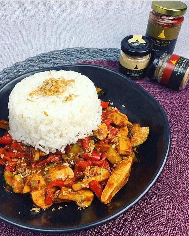 Wie lecker sieht bitte dieses wunderbare Curry aus  mit unserer #Massaman Curry Paste Thai #Knoblauch und Thai #BBQ Hot & Spicy Gewürzen?  so kann man sich auch lecker aufwärmen in der kalten Jahreszeit!  Danke für das Foto liebe @primaballerinaslife  und DANKE dass du auch deine Follower auf unsere #helfendurchschenken Initiative hingewiesen hast! . Worum es bei unserer Helfen durch Schenken Initiative geht?  . Bis Weihnachten  wird bei jedem Kauf einer unserer edlen Holz-Geschenkboxen ein…