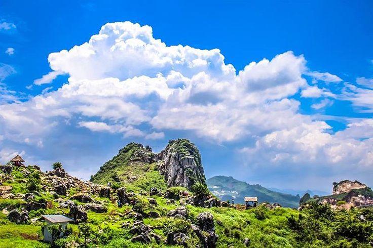 Terletak di ketinggian 709 meter di atas permukaan laut, Stone Garden ini tidak jauh dari lokasi Karang Hawu dengan panorama indah bebatuan gamping yang berdiri tak beraturan.[Photo by instagram.com/karno_kusnendar]