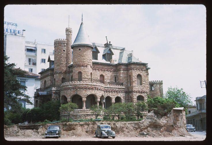 Η αρχική έκταση του οικοπέδου ήταν 1.613 τ.μ. Σταδιακά λόγω της κυκλοφοριακής πίεσης, το κτήριο έχασε αρκετά μέτρα από τους κήπους του…Αθήνα 20 Απριλίου 1965, Φωτογράφος: Charles W. Cushman...