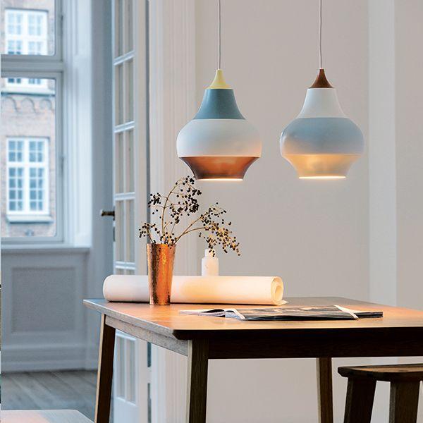 Cirque di Louis Poulsen è una collezione di simpatiche lampade a sospensione della designer grafica svedeseClara von Zweigbergk. Il loro divertente aspetto a righe si ispira al parco divertimenti Tivoli di Copenaghen: i colori e le forme delle giostre e di altri giochi in movimento si uniscono formando strisce di colori quando si muovono.