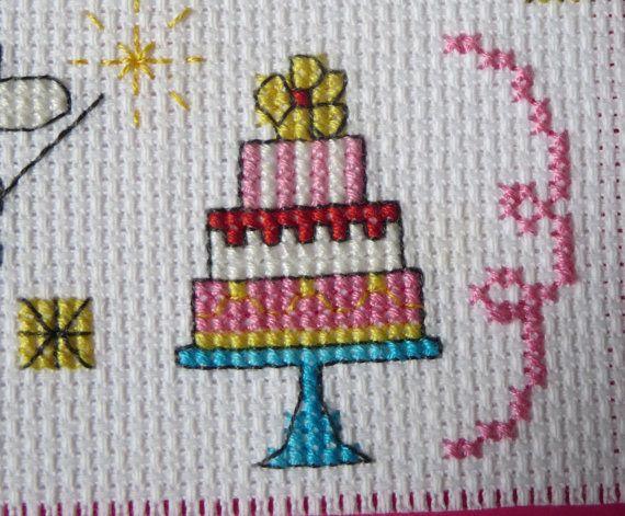 Betoverende verjaardagskaart met twee Kruis gestikt feeën met magische wands en een mooie drie trapsgewijze verjaardagstaart! Kaart is op de binnenkant leeg. Kaart van maatregelen 5 x 6.5 in / 12,7 x 16.5 cm. Roze aan de buitenkant, wit op de binnenkant. Overeenkomende roze envelop opgenomen. Cross stitch patroon ontworpen door Lucie Heaton http://www.lucieheaton.com Alle opbrengst gaat naar de Walk voor Alzheimer http://support.alzheimer.ca