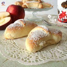 Ecco un altro dolce alle mele , che come saprete io personalmente adoro ,questi cornetti cuor di mela sono velocissimi da fare e pronti in 30 minuti !