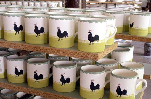 Seit 1794 wird im idyllisch gelegenen Harmersbachtal Geschirr gefertigt. Das Henne-und-Hahn-Dekor ist das Markenzeichen der traditionsreichen Schwarzwälder Keramikmanufaktur Zeller Foto: dpa