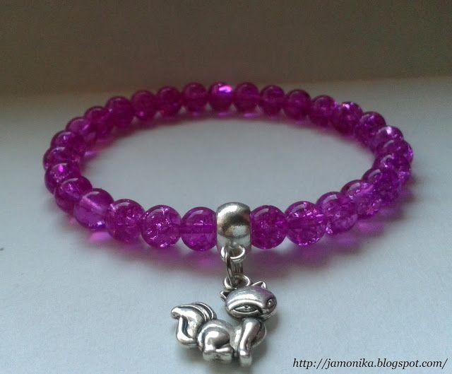 Różowa bransoletka z koralików crackle o średnicy 0,5 cm z metalową zawieszką kotkiem;)