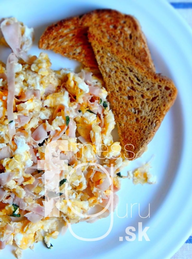 Miešané vajíčka s ovsenými vločkami, šunkou a bylinkami