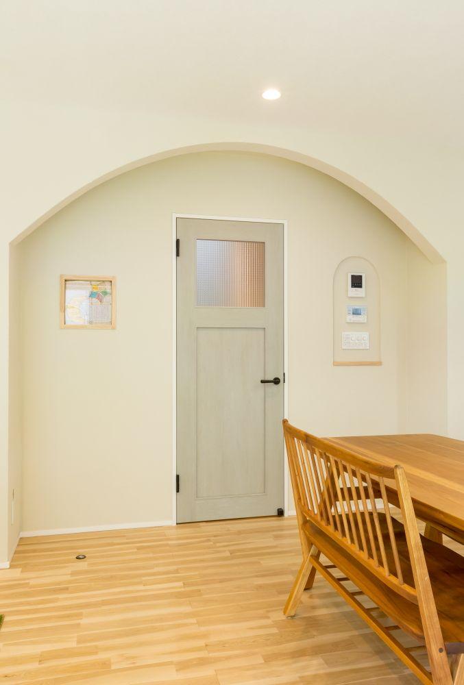 自然のぬくもりに包まれた やさしい家 珪藻土の壁やウッドチップ壁紙