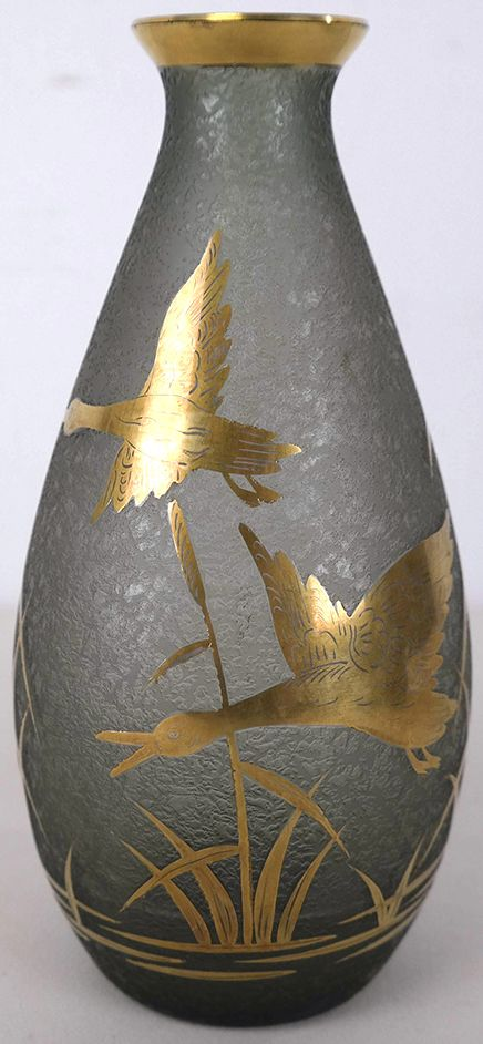 Adat groene art deco vaas met gouden ganzen     De firma Adat heeft tussen de jaren 1925 en 1930 glas geproduceerd.     Hoogte ca 20 cm.
