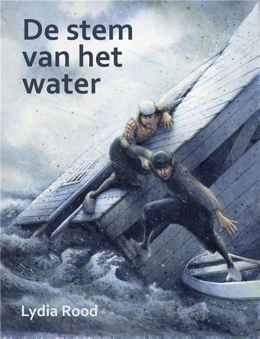 De stem van het water  Honderd jaar na de watersnoodramp van 1916 De Stem van het Water - Lydia Rood In 2016 is het honderd jaar geleden dat grote delen van Nederland werden getroffen door een stormvloed. Vooral Noord-Holland Gelderland en Overijssel kregen het hard te verduren. Deze watersnoodramp heeft uiteindelijk in 1932 geleid tot de Afsluitdijk. Sindsdien heet de Zuiderzee het IJsselmeer. De watersnoodramp wordt in 2016 op talrijke manieren herdacht. Een ervan is de heruitgave van het…