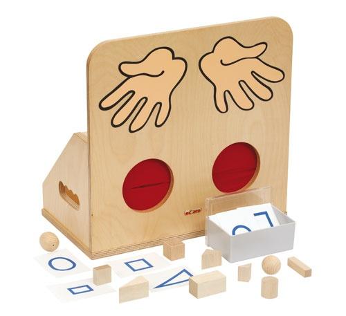 Tastkist Een kistje om te gebruiken bij allerlei tastspellen. Leg een voorwerp in het kistje en het kind steekt de handen door de voelgaten om vervolgens het voorwerp te benoemen. Formaat: 36 x 20 x 35 cm (l x b x h).  Artikelnummer: 522.873
