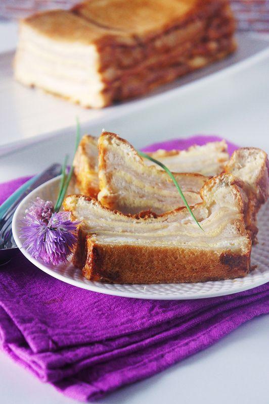 Découverte chez Philo, j'avais mis la recette de côté pour pouvoir la faire le moment venu. Hier, c'était «le» moment venu. Mon aîné s'étant fait une petite tendinite au genou, et donc, maison oblige, on s'est occupés et bien amusés à faire ce Croque-Cake ensemble. Un Croque-Cake ? Mais kézako ? Et bien, c'est le concept du Croque-Monsieur mais dans un moule à cake, madame. On alterne les couches et hop, au four. Voilà donc la recette du Croque-Cake, avec mes petites annotations entre…