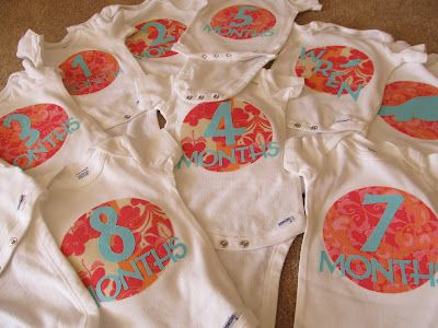 Instructions on how to make monthly onesies using a Cricut machine -- a no-sew, DIY baby gift: Babies, Diy'S, Gift Ideas, Month By Month, Baby Shower Gifts, Ordinary Cole, Diy Baby Shower, Diy Baby Gifts, Baby Showers