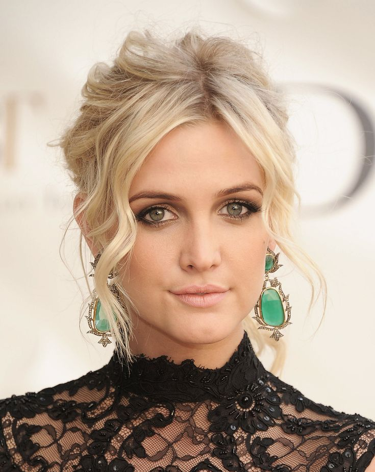Ashlee Simpson stunned at the American Ballet Spring Gala in a black lace dress and a tousled updo. Her bronzed smoky eye made for a modern, polished look.