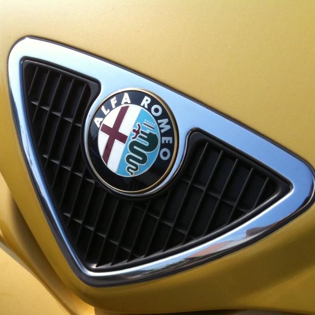 Alfa Romeo Alfa145 マイカー。基本的にはエンジン買ったらボディがついて来たというクルマですが、デザインについてもなかなかエポックメイキングなヤツなんです。