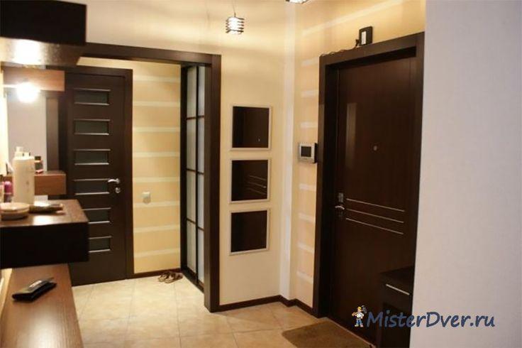 Темные двери и светлое напольное покрытие в интерьере