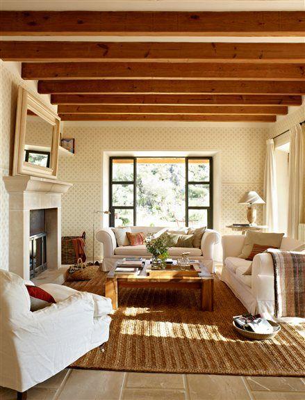 Salón con alfombra y chimenea