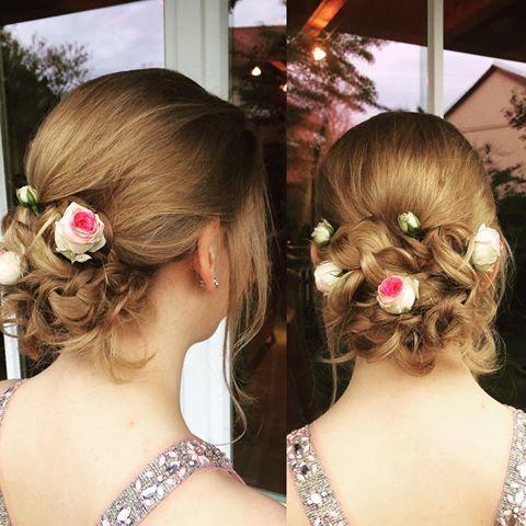 Abschlussball Frisur und Make-up für die liebe Laura. Im Nacken Gesteckt, eingearbeiteten Flechtelementen und als Haaraccessoires echte kleine Rosen #hochsteckfrisuren #makeup #hairstyle #flowers #love #styling #style
