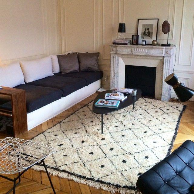 """Home sweet home  #bertoia #bertoiachair #barcelonachair #caravane #coffeetable #beniouarain #vintagerug #sarahlavoine #tablelamp #50s #interiordesign…"""