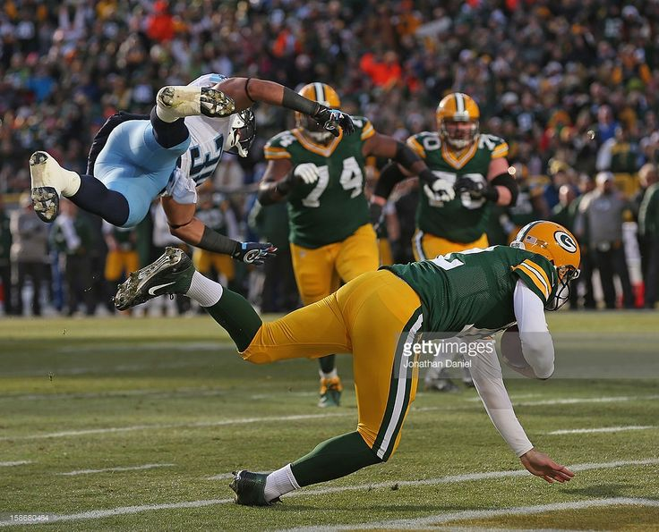 <a gi-track='captionPersonalityLinkClicked' href=/galleries/search?phrase=Aaron+Rodgers+-+Quarterback+de+futebol+americano&family=editorial&specificpeople=215257 ng-click='$event.stopPropagation()'>Aaron Rodgers</a> #12 of the Green Bay Packers rolls inot the end zone for a score after being grazed by Al Afalava #38 of the Tennessee Titans at Lambeau Field on December 23, 2012 in Green Bay, Wisconsin.