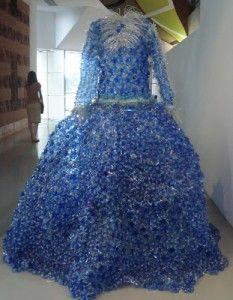 Arte con botellas de plástico: vestido largo de reciclaje