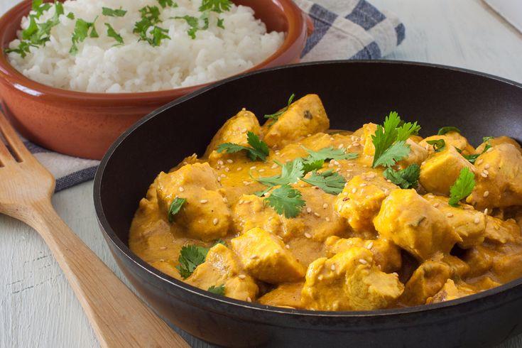 Il pollo al curry è un piatto unico, profumato, gustoso e molto amato. Le sue origine non sono chiare: fa parte della cucina indiana, ma c'è chi sostiene che sia nato nel Regno Unito, in un ristorante inglese per alcuni, in uno scozzese, per altri. Quello che è certo è che si tratta di un