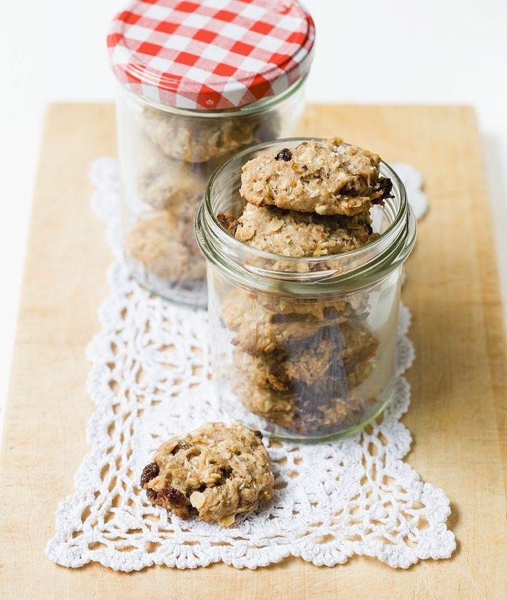 Bananen-Cookies mit Nüssen und Haferflocken | http://eatsmarter.de/rezepte/bananen-cookies-mit-nuessen-und-haferflocken-0