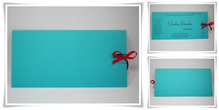 Convite em azul turquesa com fitinha de cetim rubi, combinando com o texto em relevo americano.