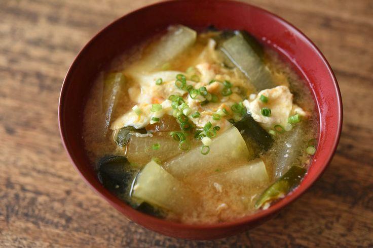 いちばん丁寧な和食レシピサイト、白ごはん.comの『冬瓜のかき玉みそ汁の作り方』を紹介するレシピページです。じっくり火を通した冬瓜は、ほっこりとしつつもつるりと食べやすく、美味しいみそ汁に具になってくれます。たん白な冬瓜には卵を合わせています。ぜひお試しください。