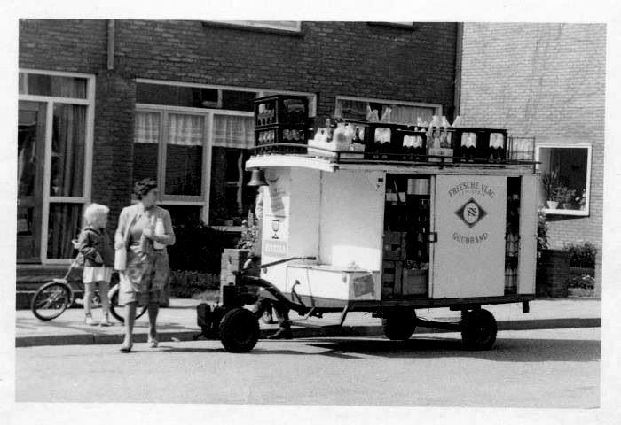 Melkboer Horstman met ook zo'n motorwagen die dagelijks bij ons aan de deur kwam begin jaren 60