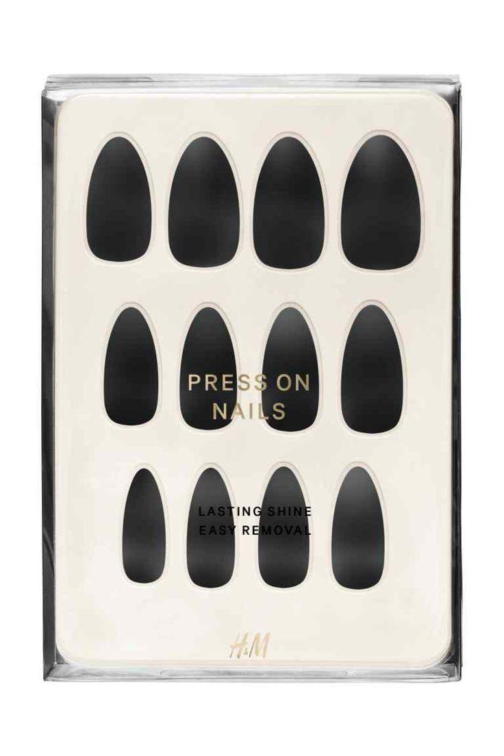 Uñas postizas: Kit de uñas postizas adhesivas en una amplia gama de tonos intensos y diseños atrevidos. Modo de empleo: presionar la uña postiza sobre la natural durante un mínimo de 10 segundos. Para prologar la duración, presionar suavemente las uñas postizas varias veces al día, en especial si han estado en contacto con el agua. Para quitarlas, remojar las uñas en agua alrededor de 10-15 minutos y desprenderlas empezando por los laterales.