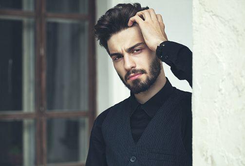 Мода портрет красивый бородатый мужчина.