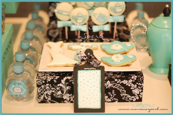 O Chá de Cozinha do post de hoje, teve como inspiração o azul Tiffany. Super charmoso, foi desenvolvido com todo carinho por Mariana Sperb para a sua cunhada Helo. Cheio de detalhes e c...