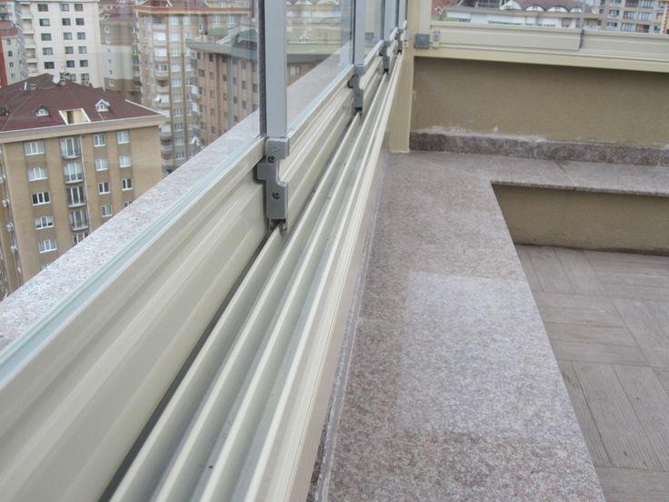 Sürme Eşikli Cam Balkon soğuk havalarda sona eren balkon keyfinizi devam ettirebilmeniz için tasarlanmış sistemlerdir. Sürme Eşikli Cam Balkon camların katlanarak aynı veya farklı noktalarda toplanma özelliği ile mevsimsel değişmelere en iyi cevap veren sistemlerdir. Sürme Eşikli Cam Balkon mobilyalarınızı korur, ömrünü uzatır. Sürme Eşikli Cam Balkon sisteminde kullanılan camlar 8 mm kalınlığında Teperli camlardan oluşmaktadır, kırılması halinde çok küçük parçalara ayrılır canlılara ve…