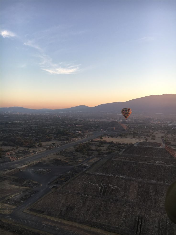 Flying in a balloon over the Teotihuacán pyramids