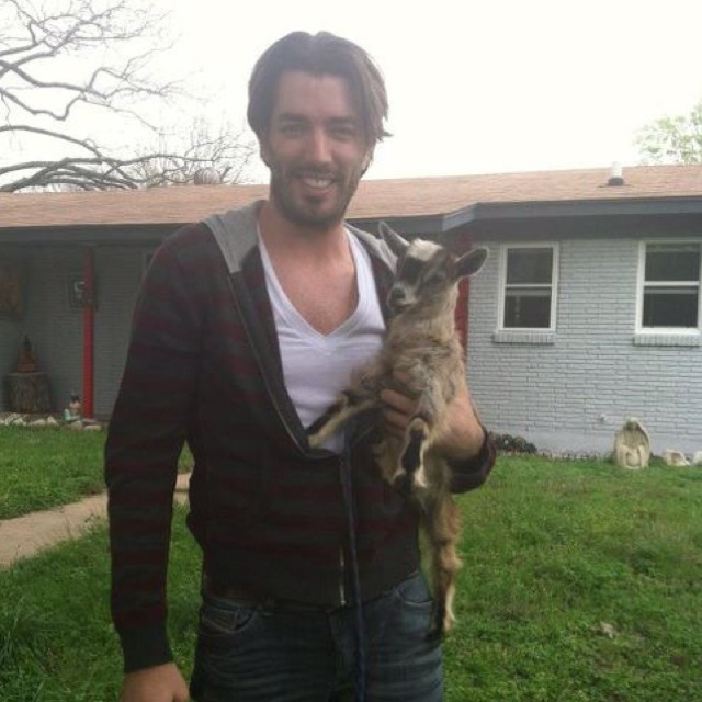 Jonathan Scott ... So very hot! Why the property brothers is doing so good on HGTV! And he has a twin does it get better?