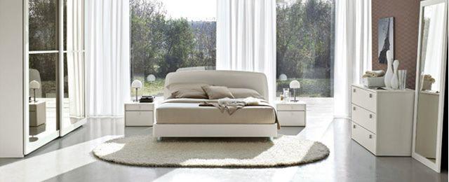 Esto es el dormitorio para los invitados. Hay una cama, dos messillas de noche con dos pequeñas lámparas y un pequeño mueble. hay tambièn un largo espejo blanco y tambièn un armario con pequeños espejos sobre. Hay tambièn una grande ventana con las cortinas blancas, detrás de la cama. Muy amable!