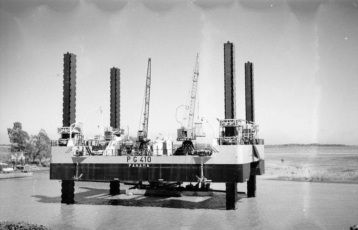 Bouwjaar 1968: Bnr. 375 (Co. 712) Hefeiland voor de aanleg van rioleringen 'PG 410' voor rekening van Argentinië.  foto: Gemeentearchief Schiedam