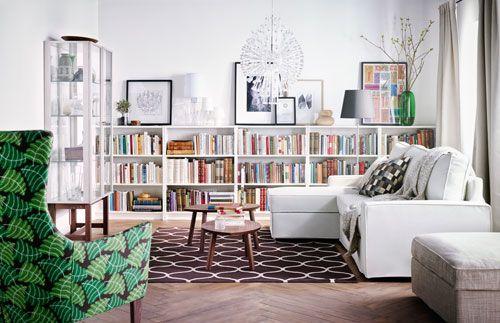 Ein Bettsofa ist eine praktische Zwei-in-eins-Lösung, wenn man kein Gästezimmer, aber gern Besuch hat. Tagsüber ist es eine ganz normale Couch, nachts wird es zum Bett für Gäste. Das Bücherregal, das hier von Wand zu Wand geht, bietet einen optischen Rahmen an der Wand und viel Stauraum für Bücher. Da die Regale nur halbhoch sind, lassen sie sich auch noch als Ablage nutzen, um darauf Bilder und Vasen zu inszenieren. Wie bei allem gilt auch hier: Weniger ist mehr. es müssen nicht alle Bilder…