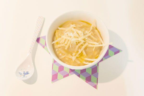 La ricetta per preparare una minestrina natalizia di stelline e topinambur. Adatta ai primi mesi di svezzamento. La ricetta per preparare una minestrina natalizia di stelline e topinambur. Ingredienti (per un bebè e due adulti): 500 g di topinambur, 1 finocchio medio, 1 patata dolce grossa o due piccole, 1 cucchiaino di semi di finocchio, olio extravergine d'oliva, 20 g di stelline (per il bebè), 1 cucchiaino di Parmigiano Reggiano, 2 manciate di nocciole, sale e pepe, salmone affumicato…