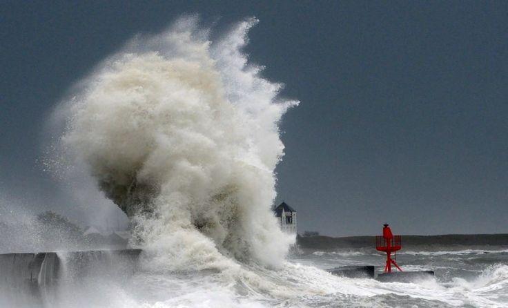Quelque 60.000 foyers privés d'électricité, des rafales de vent à 150 km/h: une tempête annoncée «exceptionnelle» a soufflé hier matin dans le sud-ouest de la France. Aujourd'hui, onze départements du Sud-Ouest et l'Andorre restent en alerte orange.