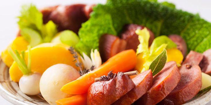 Saucisse de Morteau, chou vert frisé et légumes