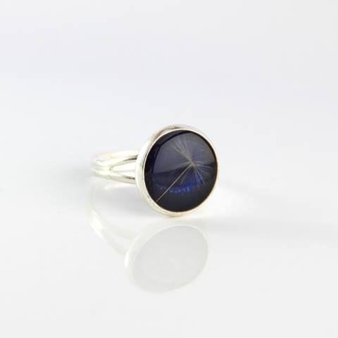 Inel cu samanta de papadie incastrata in rasina pe un fundal albastru inchis  https://www.facebook.com/ZingyAccessories