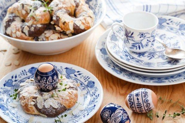 Zkuste obarvit část těsta na mazance kakaem a ze dvoubarevného těsta splést věnečky, do nichž můžete krásně uhnízdit krasličky nebo vejce k snídani. Krásně vyniknou například na tradičním cibuláku. Sadu talířů za výhodnou cenu seženete na e-shopu decoDoma.
