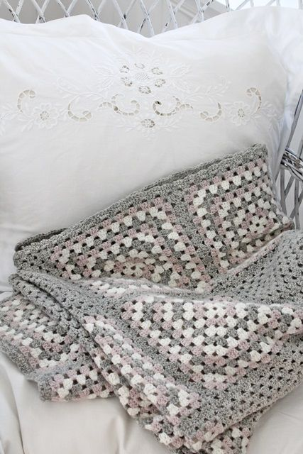 Big granny square blanket in grey pink and eggshell (no pattern). Bieke